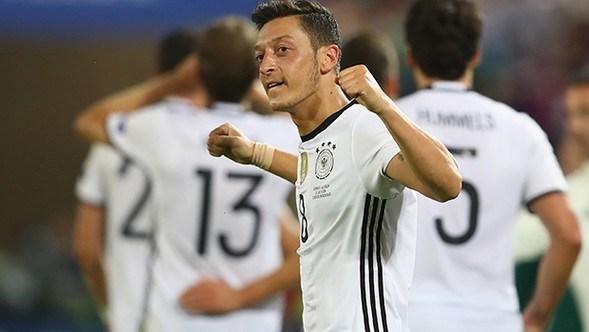 EURO 2016'da yarı finale çıkmak için İtalya ile Almanya arasında oynanan maçta65. dakikada Mesut Özil'in golüyle Almanya öne geçmişti.