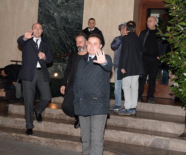 Mekan kapısındaki görevliler gazetecilerin görüntü almasını engellemeye çalıştı.
