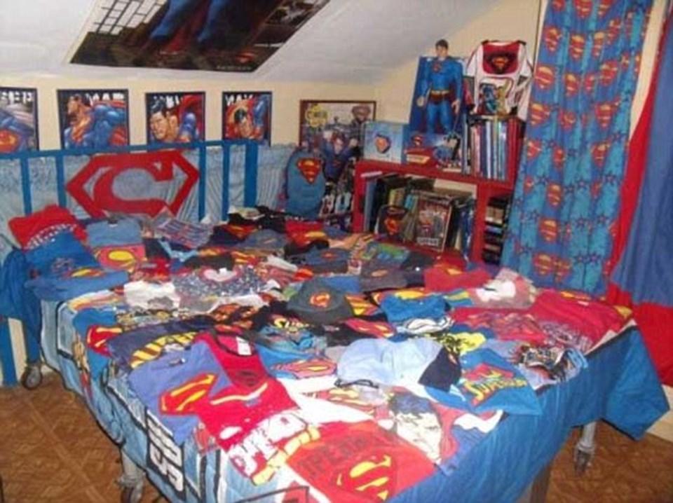 Koleksiyonu arasında bire bir Superman heykelleri de yer alıyor.