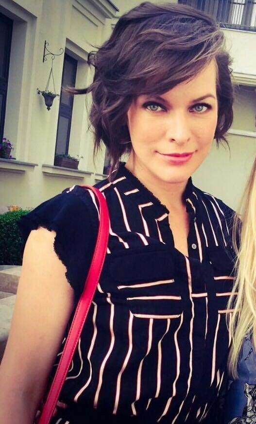 Sezen Aksu suitinin ilk konuğu olan Hollywood yıldızı Milla Jovovich,Aksu'nun eşyalarının fotoğrafını çekti.