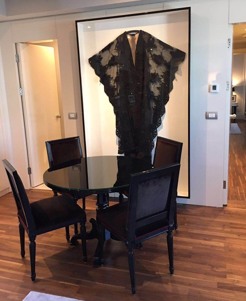 Sezen Aksu'un Royal Filarmoni Orkestrası konserinde ve Avrupa'daki son konserlerinde giydiği siyah elbise de suitte sergileniyor.