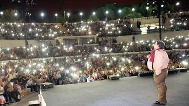 Seyirciler Tolga Çevik'in gösterisine cep telefon ışıklarıyla destek verdi.