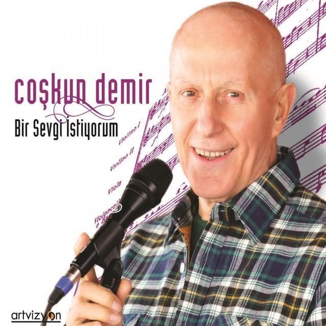 """Coşkun Demir """"Bir Sevgi İstiyorum"""" albümünde TSM klasiklerini genç müzisyenlere emanet etti."""