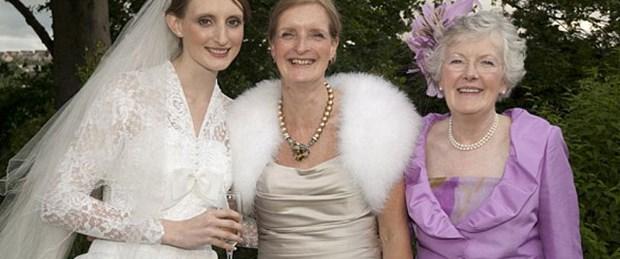 Üç jenerasyon aynı gelinlikle evlendi
