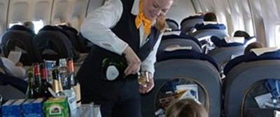 Uçakta 12 saat aç ve susuz kaldı