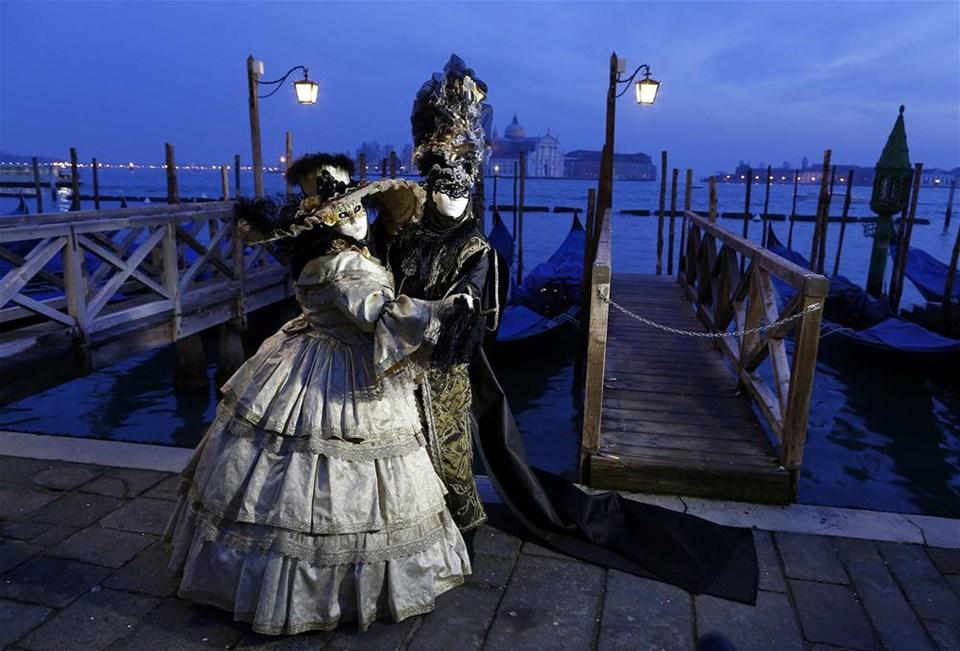 Venedik'te maskeler yarıştı