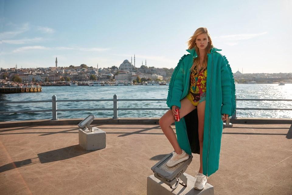 Mint yeşili mont Sudi Etuz, 6 bin 790 TL- Desenli üst Versace, 7 bin 250 TL-Ayakkabı Tod's, 2 bin 660 TL