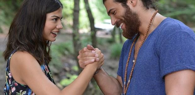 Yaz sezonunun favori çifti: Demet Özdemir ile Can Yaman - 1   NTV