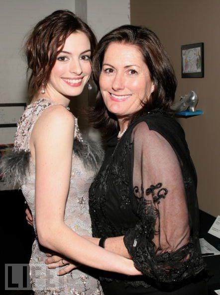 Anne Hathaway ve annesi Kate McCauley