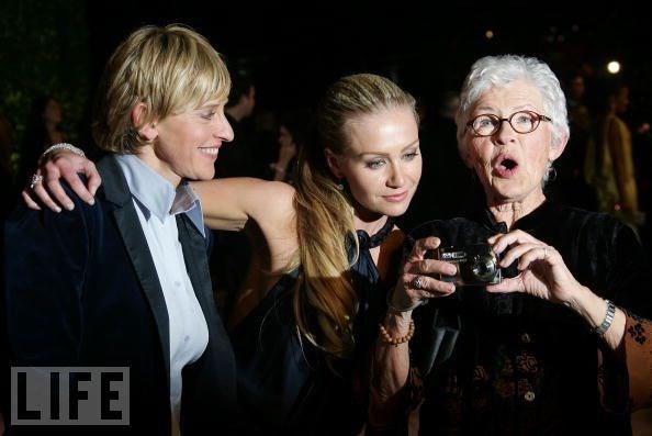Ellen DeGeneres ve Betty DeGeneres (sağda)
