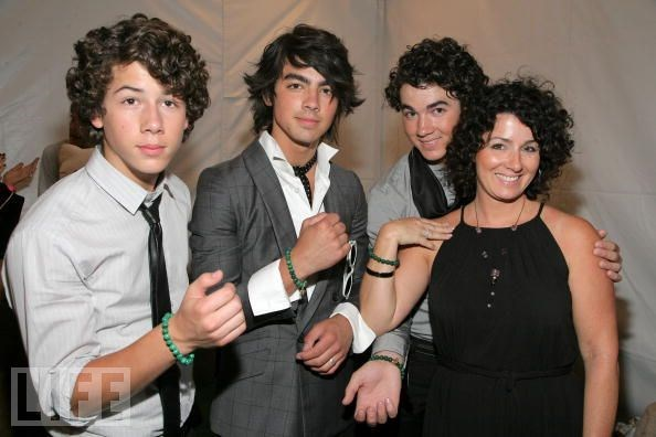 Jonas biraderler ve anneleri Denise