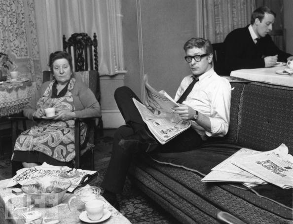 Michael Caine (ortada) ve annesi Ellen Micklewhite