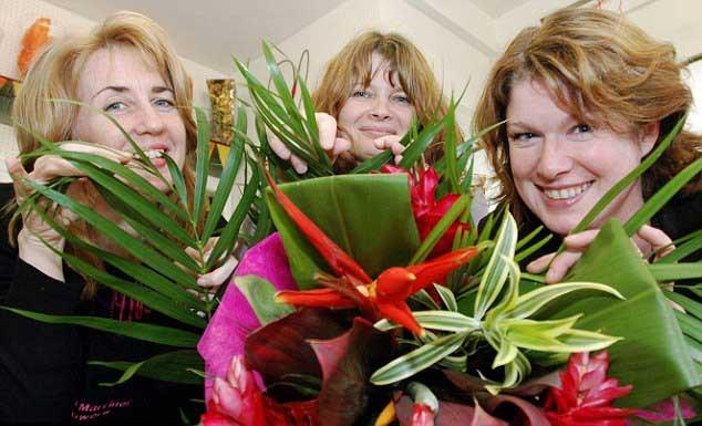 Dokunmayın: Kurbağa Kolombiya'dan gelen çiçeklerin arasından sıçradıktan sonra Louise Ryding, Debbie Wilding ve Ruth Marriner güvenli bir mesafede kalmaları yönünde uyarılmış