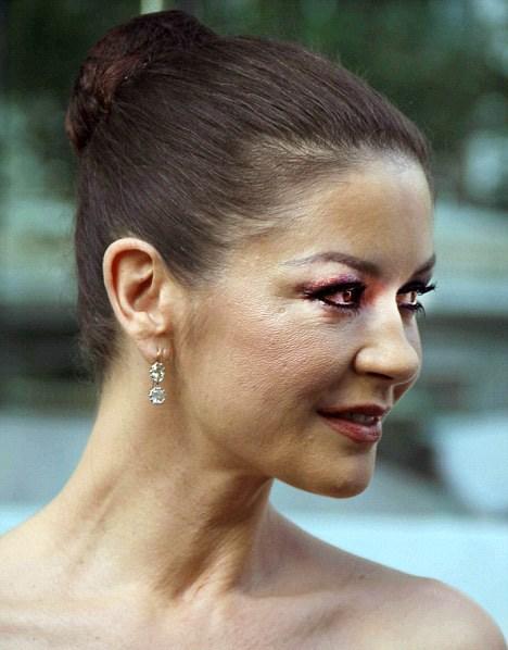 Catherine Zeta Jones'un yüzüne ne oldu?