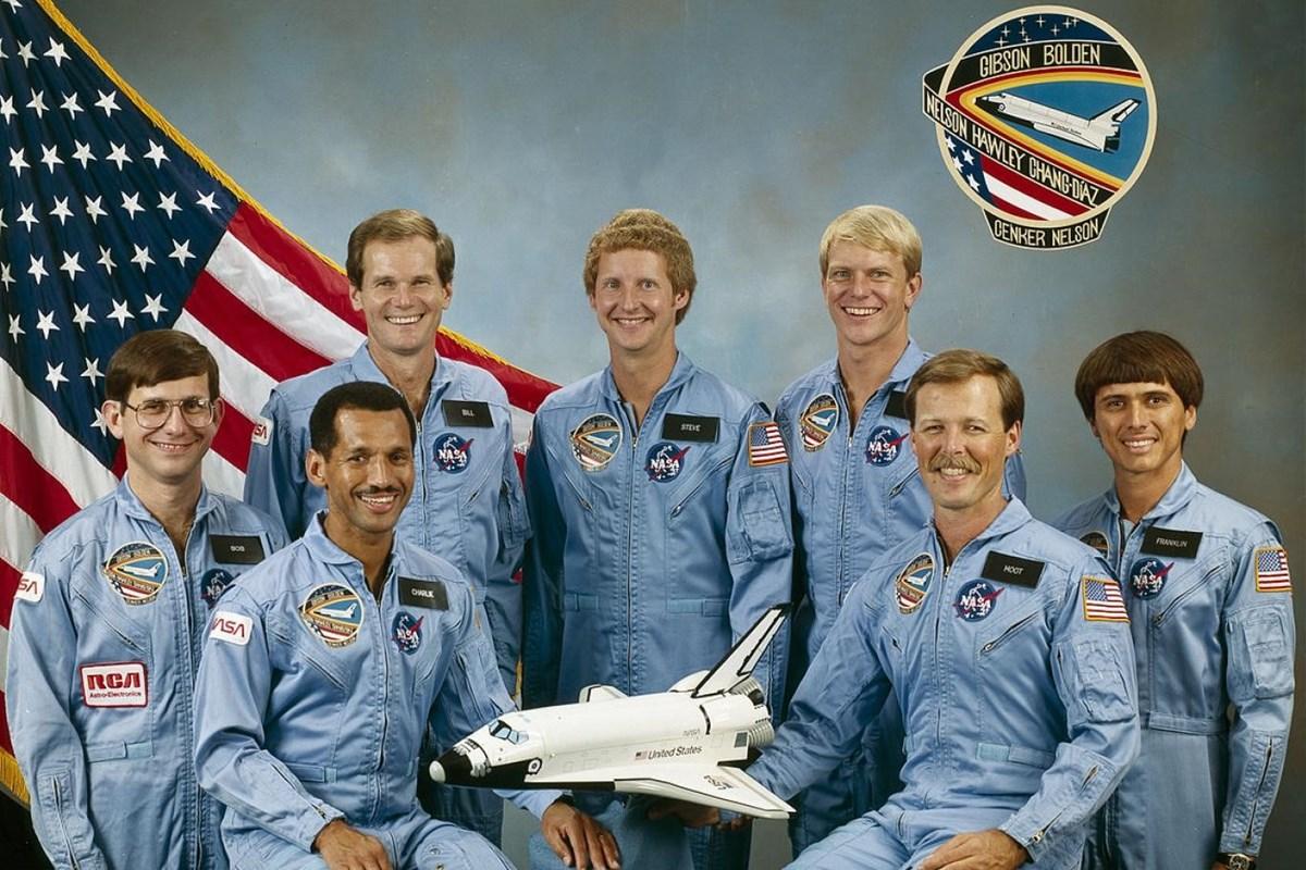 Nelson, STS-61 görevinde çekilen bu fotoğrafta ayakta duran mürettebat arasında soldan ikinci kişi.