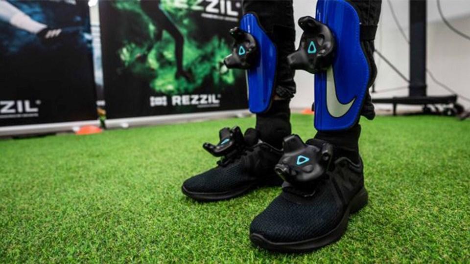 Sistemfutbolcuların ayaklarının ve bacaklarının pozisyonunu izlemek için ayakkabılara ve koruyucu kılıflara bağlı birkaç Vive Tracker'in yanı sıra HTC Vive Pro kulaklıklı mikrofon setiyle çalışıyor. Oyuncuların her hareketi bu sayede kayıt altına alınabiliyor.