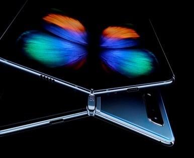 GalaxyFold, 7nm işlemci ve 12GB RAM'esahip. Cihaz,Türkiye'de Yıldız Grisi, Kozmos Siyahı ve Astro Mavisi olarak adlandırılan 3 farklı renkte satışa sunulacak.