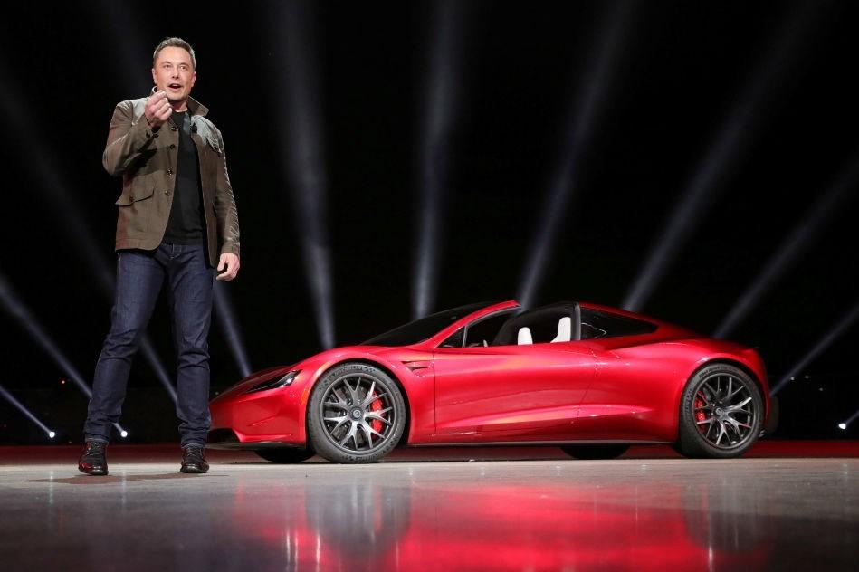 ElonMusk,SpaceX'tensonra 2003 yılındaTesla'yıkurdu. İşletme elektrikli otomobil üretiyor ayrıca enerji depolanması konusunda araştırma yapıyor. Özellikle geniş kitleler için tasarlanan Model 3 adlı elektrikli otomobil şu sıralarTesla'nınbaşını ağrıtıyor.