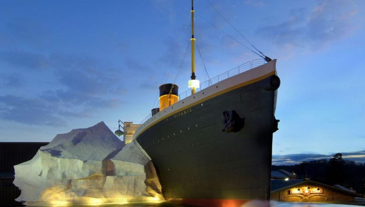 Titanik Müzesi'ndeki buzdağı ziyaretçilerin üzerine devrildi