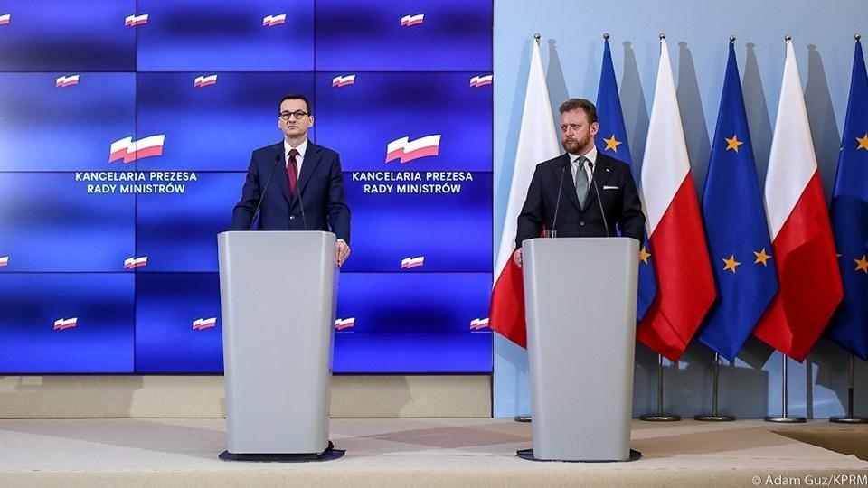 Başbakan Mateusz Morawiecki ve Sağlık Bakanı Lukasz Szumowski (soldan sağa)