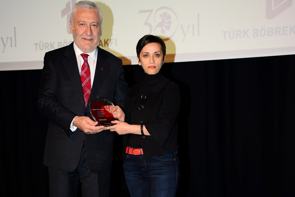 Ntv.com.tr'den Tülay Karabağ'a ödülünü TBV Yönetim Kurulu Başkanı Aydın Ekinci verdi.