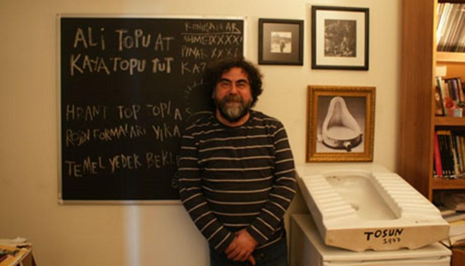 Metin Üstündağ, odasındaki 'sanat eserleri'yle...
