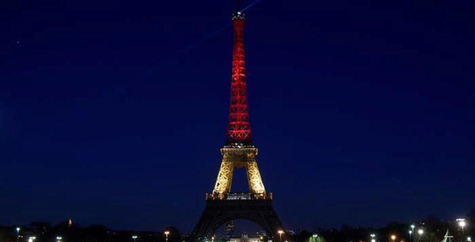 Paris'in sembolü Eyfel Kulesi geçtiğimiz günlerde Brüksel ile dayanışma mesajı vermek için Belçika bayrağının renkleriyle ışıklandırıldı.