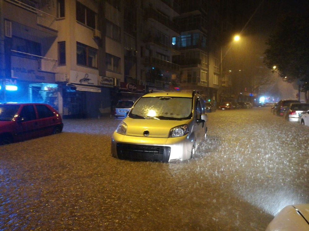 İzmir'i sel vurdu: 2 can kaybı - 24