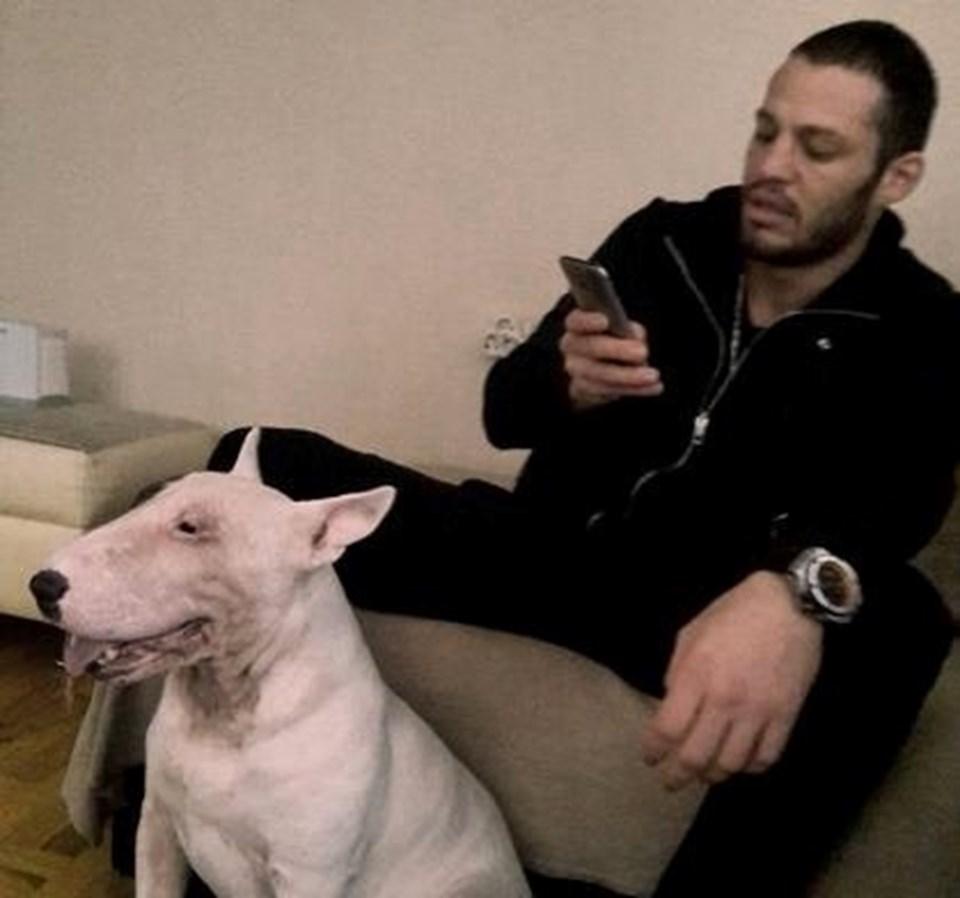 Survivor şampiyonu Atakan, köpeğini yanından hiç ayırmıyor.