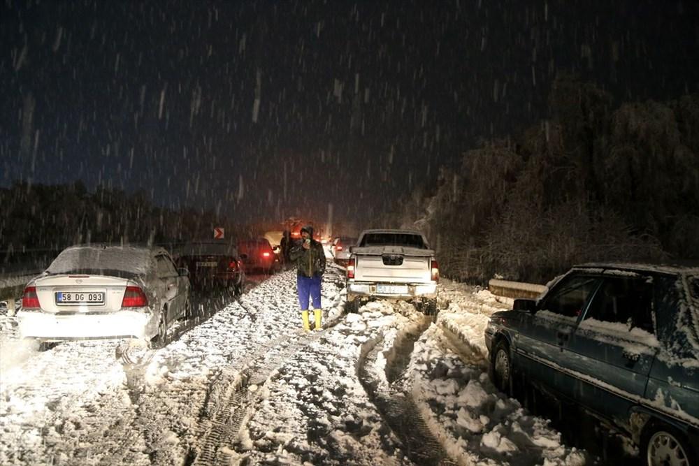 Sivas-Tokat karayolu yoğun kar yağışı dolayısıyla trafiğe kapandı - 5